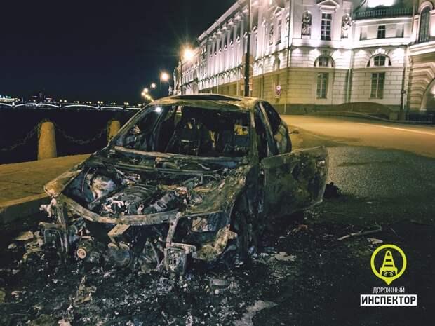В центре Петербурга огонь уничтожил «Ауди» с дагестанским номером