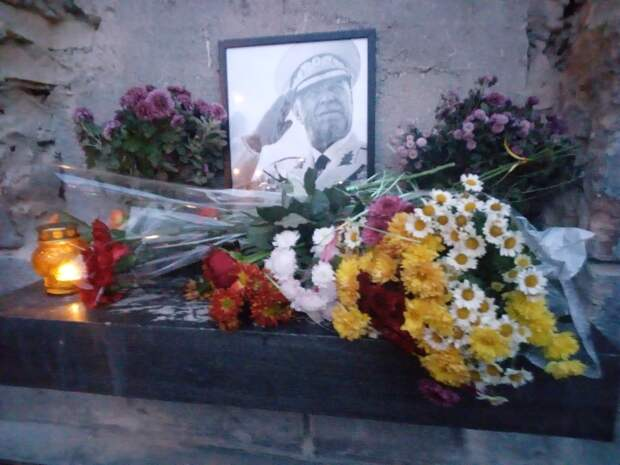 «Реквием по Жукову»: Нациков прогнали — от злобы они сожгли принесенные одесситами цветы