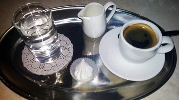 Чашечка эспрессо и стакан воды. |Фото: italia-russo.com