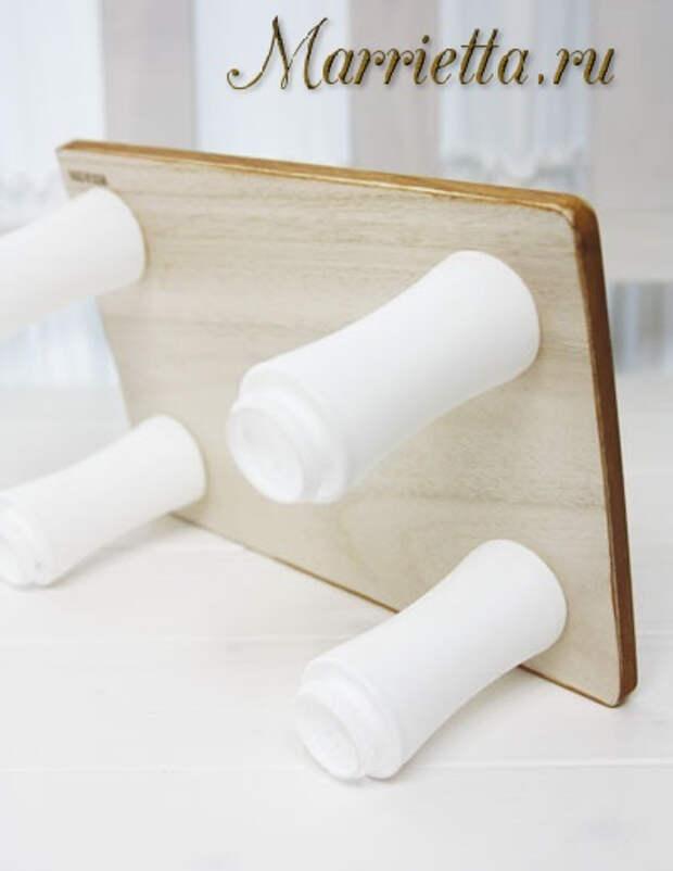 Столик из разделочной доски и пластиковых бутылочек (5) (400x518, 92Kb)
