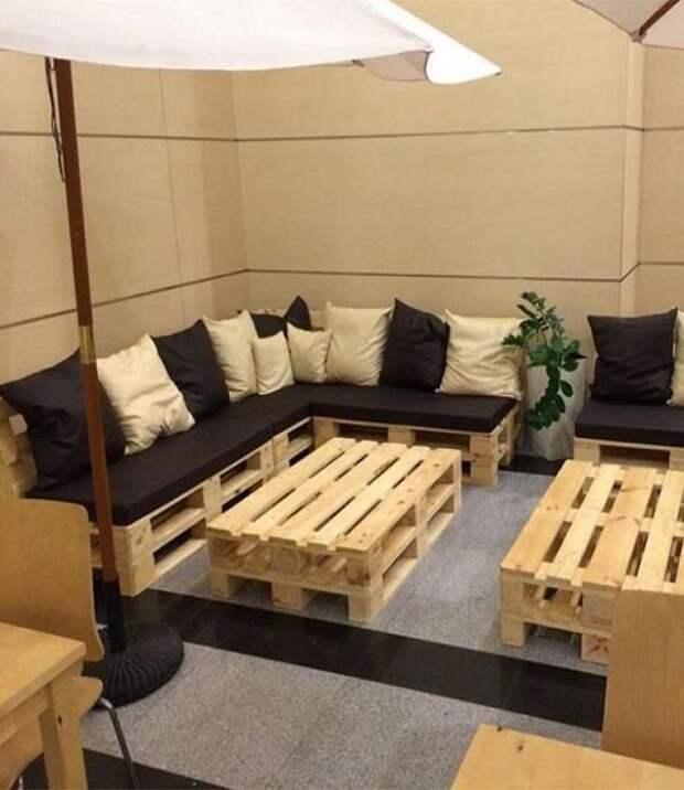 Ошкуренная мебель из строительных паллетов прекрасно подходит для интерьеров в деревенском стиле и стиле лофт.   Фото: pinterest.com.