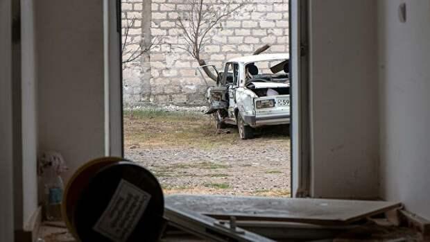 Поврежденный дом и автомобиль в результате обстрелов по общине Иванян Нагорного Карабаха