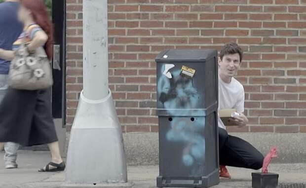 Американский бренд спрятал деньги за рекламными баннерами на улицах Нью-Йорка. Почему никто этого не замечает