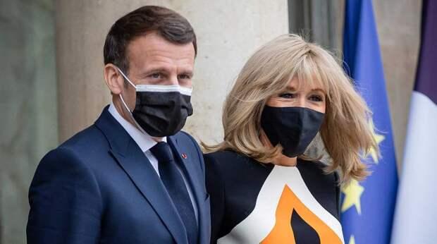 """""""Похожа на дорожный знак"""": наряд жены Макрона за 230 тысяч рублей подняли на смех"""