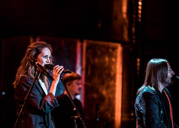"Виктория Исакова во время исполнения песни ""Мой рок-н-ролл"""