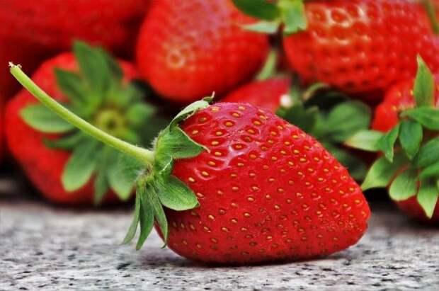 Выбирая клубнику, обратите внимание не только на цвет ягоды, но и на листья вокруг нее.