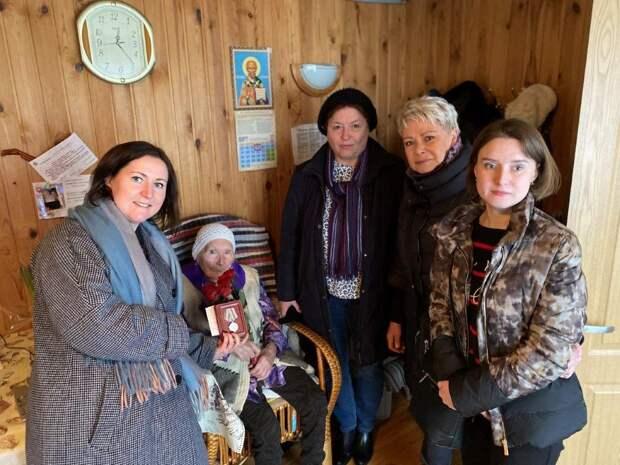 Руководители района поздравили жительницу Северного с 90-летием