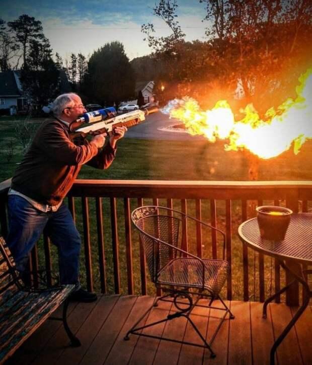 Мужчина с огнеметом