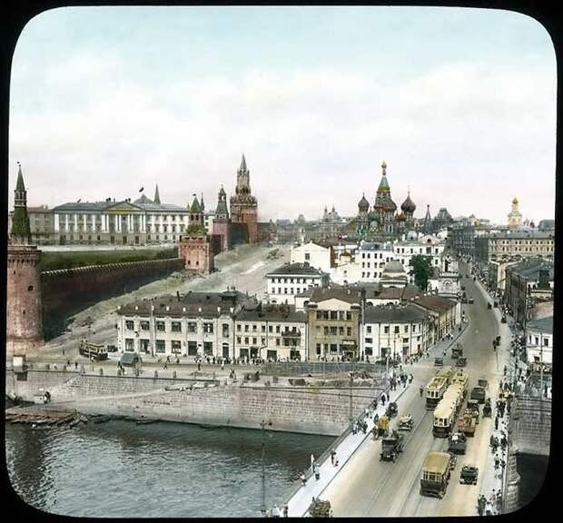 Вид на Москворецкую улицу и Васильевский спуск.