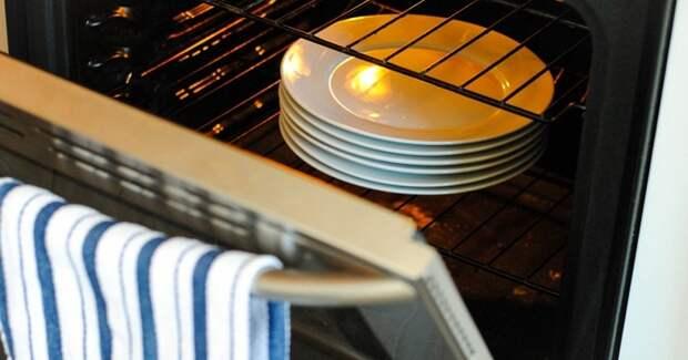 Чтобы еда дольше оставалась горячей, нагревайте тарелки в духовке. / Фото: radio2.be