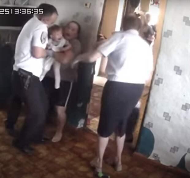 Семья обратилась к властям по поводу аварийного состояния дома. Тогда соцработники и полиция пришли и насильно забрали детей