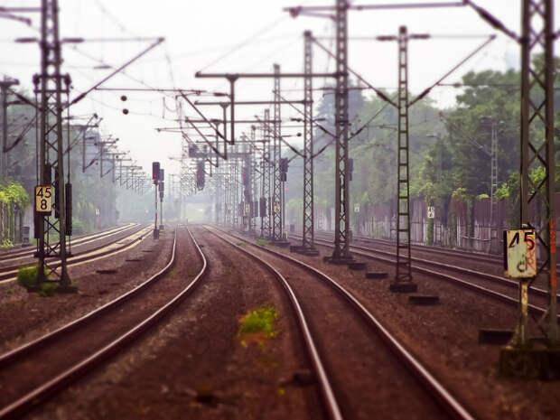 Пять тысяч человек застряли на железной дороге из-за локомотива, сошедшего с рельсов