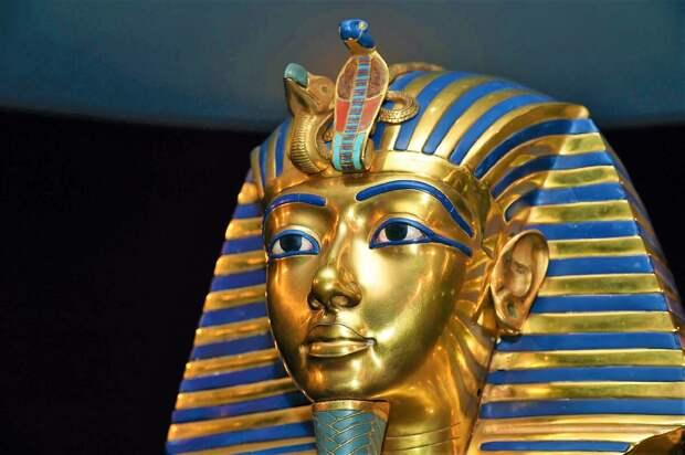 камень лазурит для цивилизации Инда был как нефть для России. Харрапанский лазурит импортировался морем в Древний Египет и Месопотамию, где стал главной ценностью после золота ( на фото маска Тутанхамона , синее - лазурит)