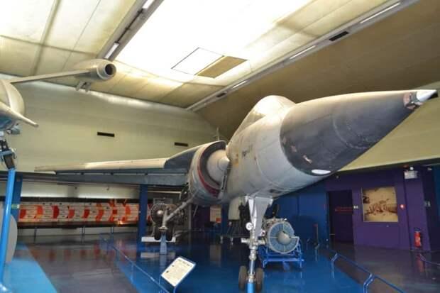 Тактический истребитель Dassault Mirage G8-01. Крыло в прямом положении развивает существенно большую подъемную силу по сравнению со стреловидным, которая еще более увеличивается благодаря развитой и работающей в оптимальных условиях обтекания взлетно-посадочной механизации. Это и позволило самолету работать с маленьких аэродромов. А шасси машины спроектировано так, что оно может обходиться и без твердого покрытия ВПП, рулежных дорожек и стоянок