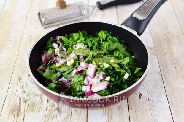 Положить овощи и шпинат в сковороду