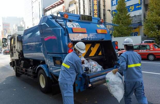 Для чего японцы крепят к мусорным мешкам записки, и что за послания в них кроются
