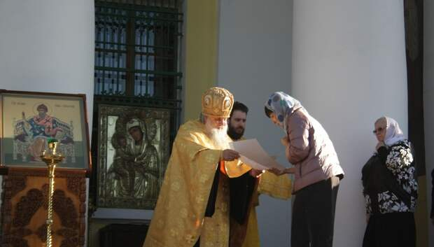 Настоятель Троицкого собора вручил грамоты волонтерам за помощь при пандемии
