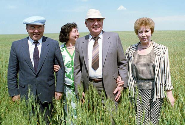 Президент СССР Михаил Горбачев и глава КазССР Нурсултан Назарбаев с супругами. Рабочий визит М. Горбачева в Казахстан