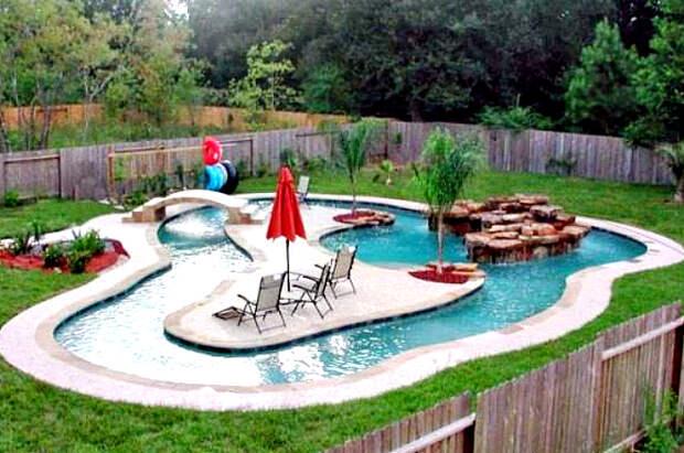 Декоративный пруд на заднем дворе.