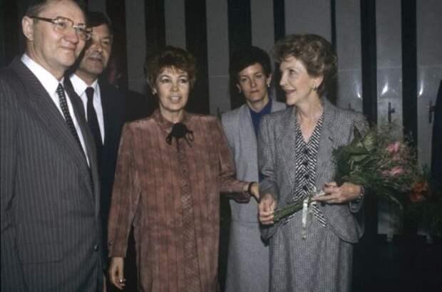Раиса Горбачева и Нэнси Рейган в Государственной Третьяковской галерее, 1988   Фото: ria.ru