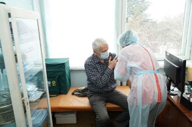 Глава Крыма поручил решить проблему с очередями на вакцинацию от коронавируса
