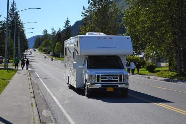 Туристы предпочитают арендовать автодома и путешествовать по Аляске на четырех колесах. Инфраструктура и дороги позволяют получать от этого огромное удовольствие автомобили, аляска, анкоридж, горы, дороги, сша, сюард
