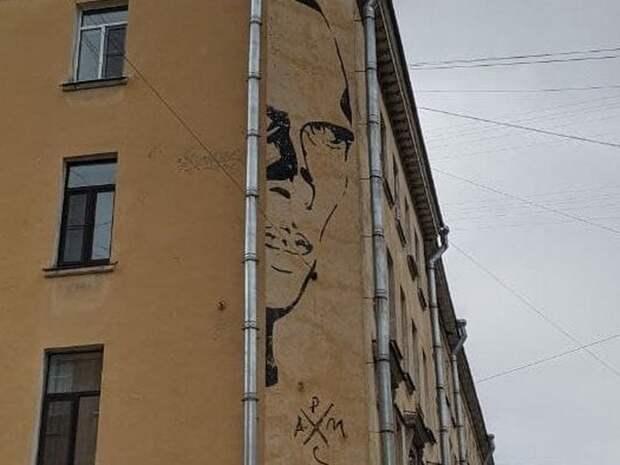 Суд в Петербурге все-таки обязал убрать с дома в центре города граффити с Хармсом, в защиту которого выступал директор Эрмитажа