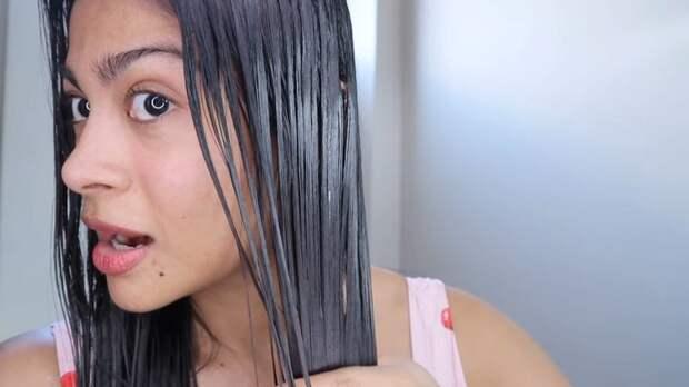 Девушка нанесла кокосовое масло на волосы на ночь и была поражена результатом