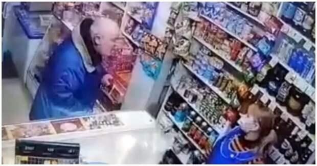 Агрессивный мужчина разгромил прикассовую зону магазина из-за просьбы надеть маску