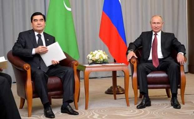 На фото (справа налево): президент России Владимир Путин с президентом Туркменистана Гурбангулы Бердымухамедовым.