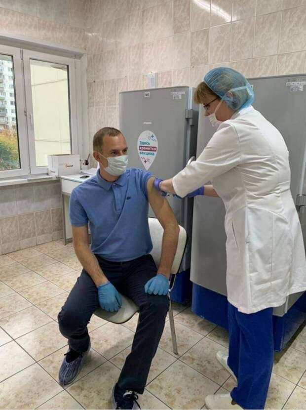 Префект СВАО сделал вторую прививку от коронавируса в диагностическом центре в Лианозове