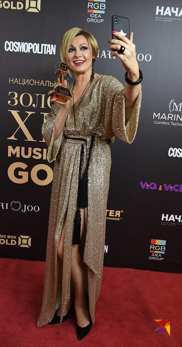 Звезды на премии «Золотой хит»: Бузова в купальнике, а Лолита - в очередном голом комбинезоне