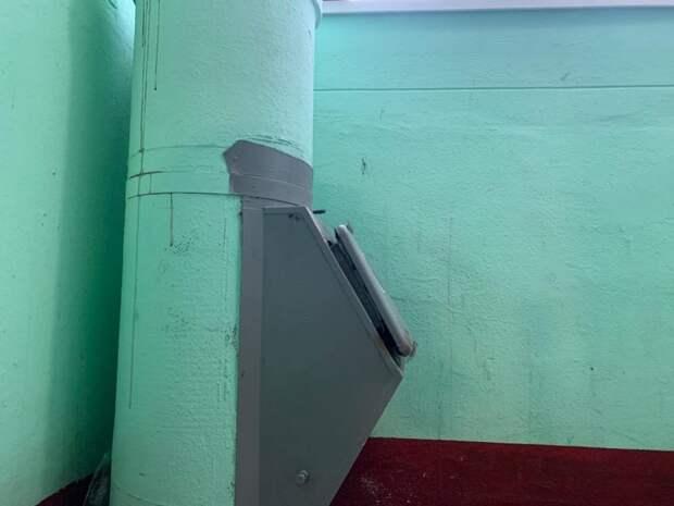 На Онежской выломали ковш мусоропровода