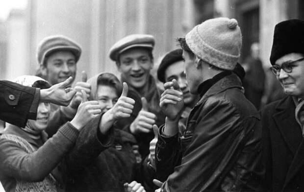 Студенты. Игра «Отгадай, кто?». Всеволод Тарасевич, 1963–1964 гг., Москва, из архива МАММ/МДФ.