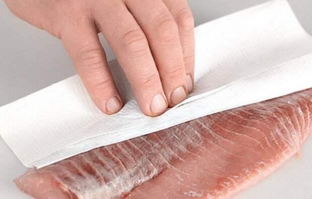 Перед обжариванием и маринованием рыбы промокните ее бумажным полотенцем / Фото: guru.orsk.ru