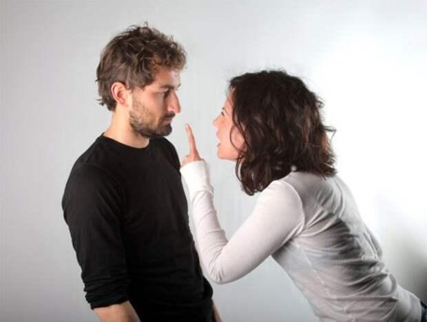 женщина указывает мужчине