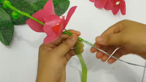 Ненужные пакеты мастерицы переделывают в чудесные орхидеи