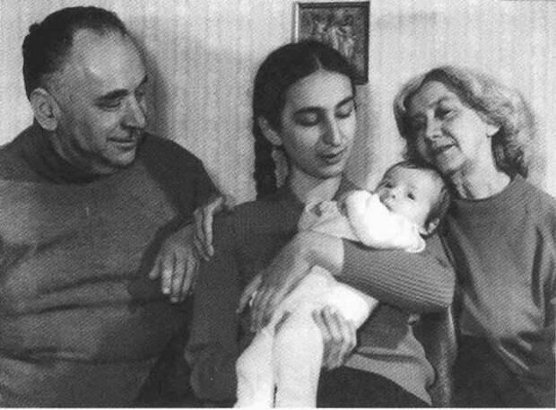 В кругу семьи дочерью, внуком и женой
