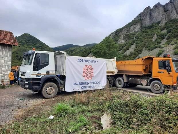На севере Косово напряженная обстановка: сербы отказываются разблокировать дороги к границе