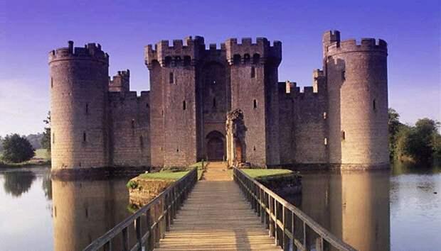 Окошек в замках в Средневековье недоставало не просто так. /Фото: topdom.info