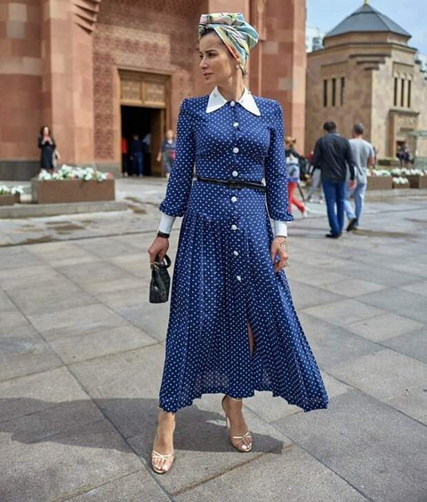 Первый летний образ телеведущей - очень легкий, женственный ипростой. Это платье сплиссированным низом темно-синего благородного цвета вбелый горошек. Стаким принтом удачно сочетаются...