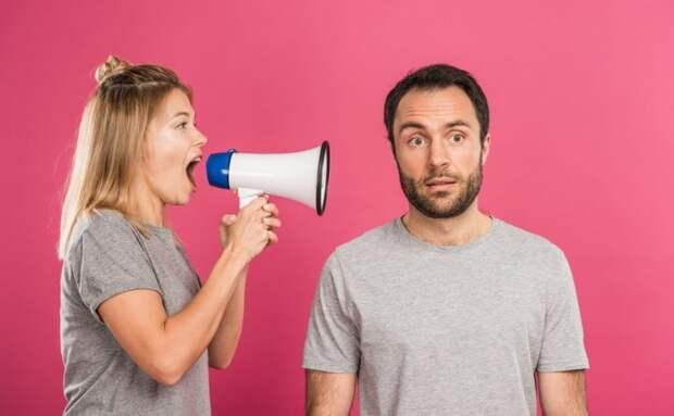 Поймала себя на презрении к мужу. Нас обманывают, а он не хочет вмешаться и поддержать, будто это только мне нужно