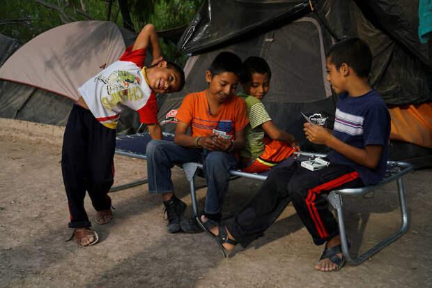 Матаморос, Мексика. Дети играют в карты в лагере для мигрантов