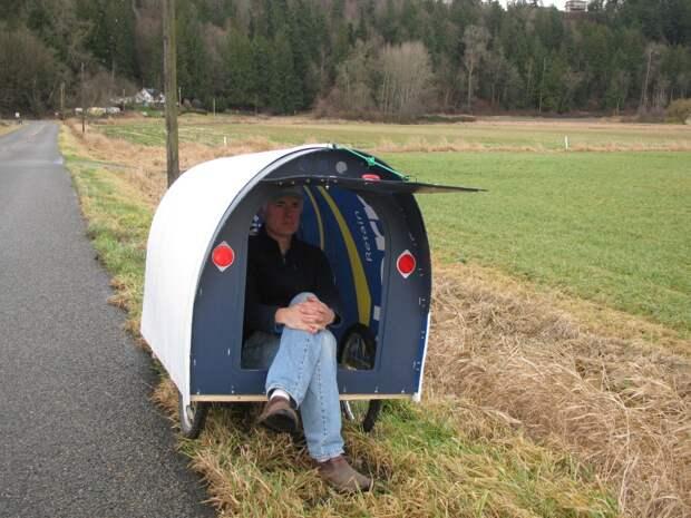 Американец много лет путешествует вкрошечном домике, который построил своими руками
