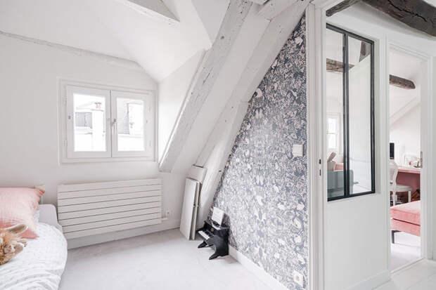 Белая мансардная квартира с голубым диваном в Париже
