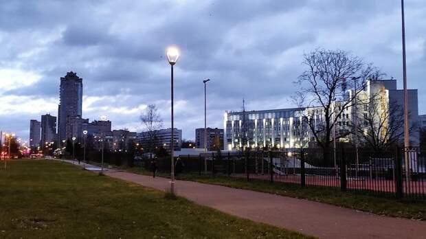 На проспекте Ветеранов установили 119 современных светильников