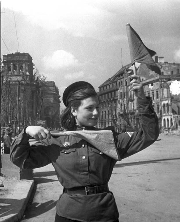 Боец Красной армии Катя Спивак регулирует движение на улицах Берлина.