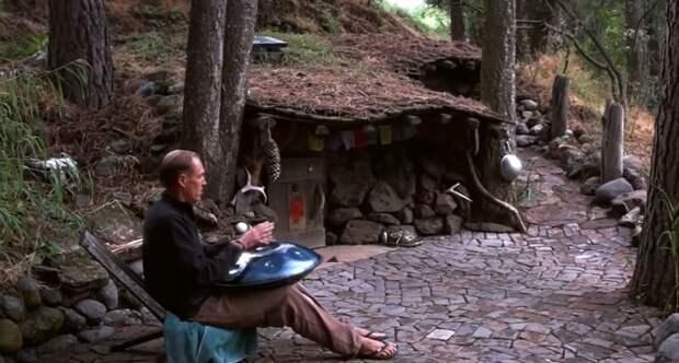 Видео: Мужчина живет в землянке в лесу уже 20 лет и ни о чем не жалеет
