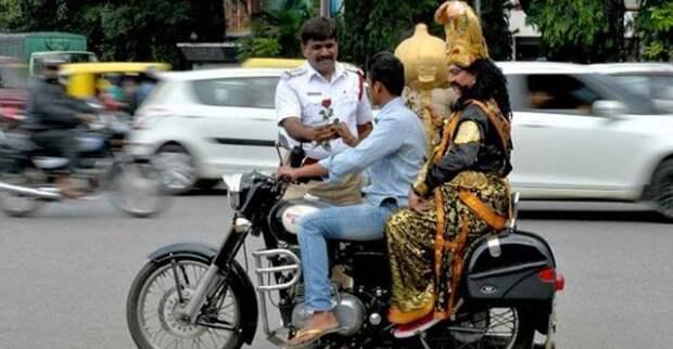 Полиция города Бенгалор в Индии придумала необычный способ заставить мотоциклистов носить шлем, призвав на помощь Ямараджу (бога смерти) байкер, безопасность, божество, индия, мото, мотоциклист, шлем