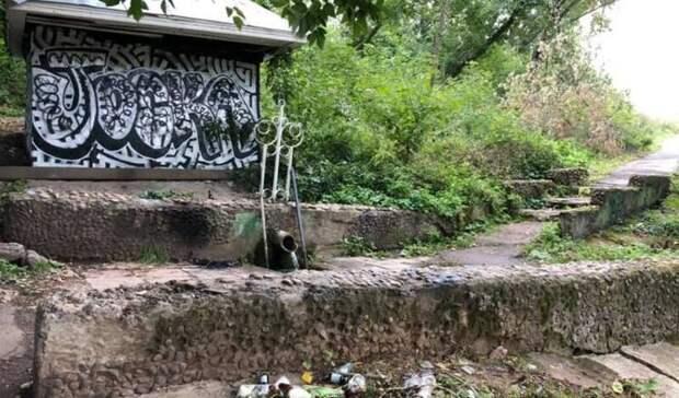 В Ижевске подрядчик сдал родник на улице Кирова с незакрепленной плиткой на лестнице